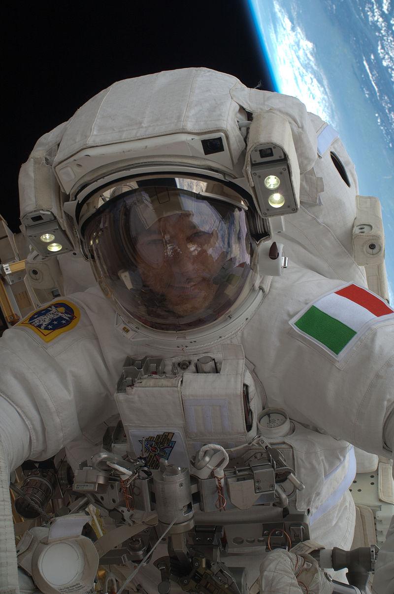 800px-ISS-36_EVA-2_v_Luca_Parmitano