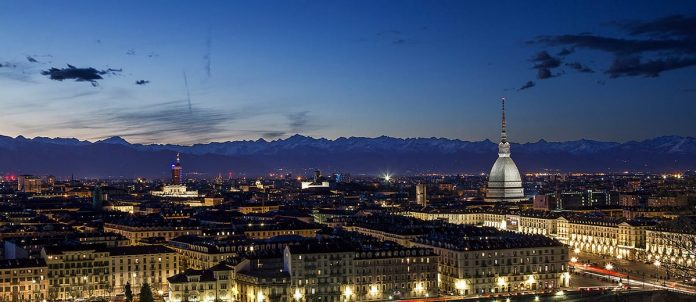 Torino è una città fiera, tesa verso l'alto come la sua Mole, una città che si crede grande e moderna come le sue fabbriche, ma nel profondo è provinciale, ancora aggrappata ad una routine d'altri tempi, in un misto di indifferenza e dolcezza