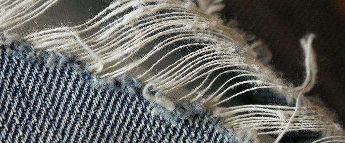 """Li chiamano trashed jeans, ossia """"jeans da buttare"""", ma a dispetto del nome si comprano e si pagano lautamente"""